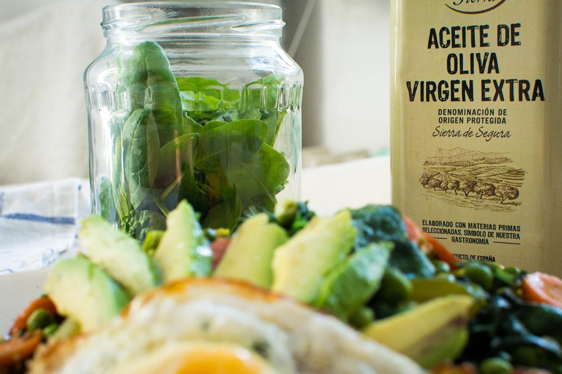 Zeleninový quinoa šalát s avokádom a vajíčkom