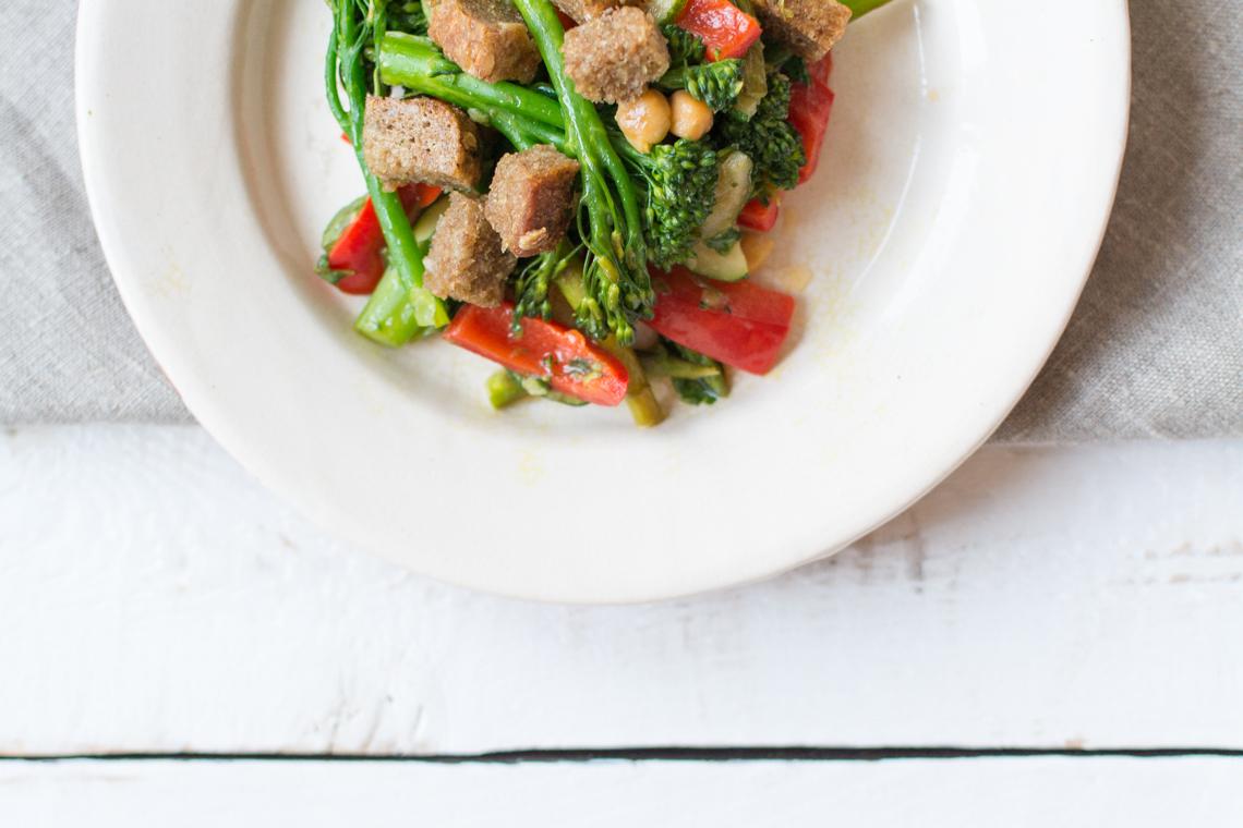 Grilovaná-zelenina-s-cícerom-a-krutónmi