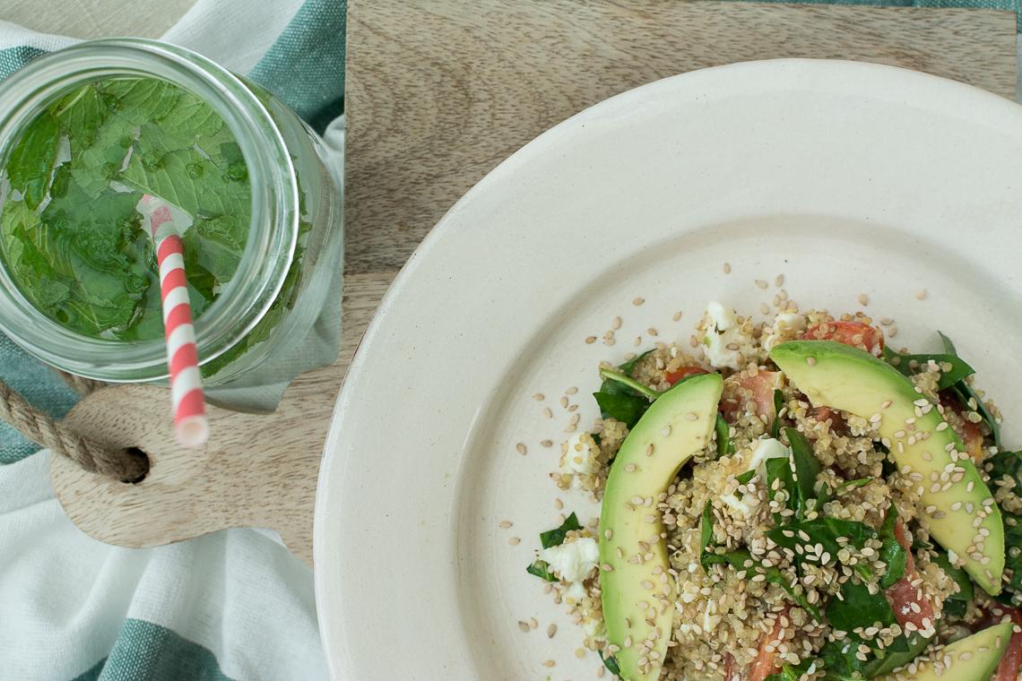 Quinoa šalát s avokádom, paradajkami, fetou a špenátom
